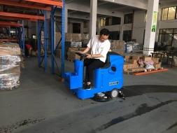 优尼斯驾驶式洗地机让您省钱的利器!